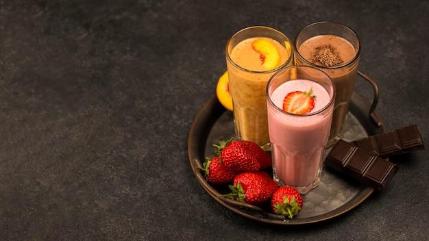 Grande variedade de milkshakes com chocolate e espaço de cópia