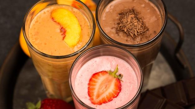 Grande variedade de milkshakes com chocolate e morango
