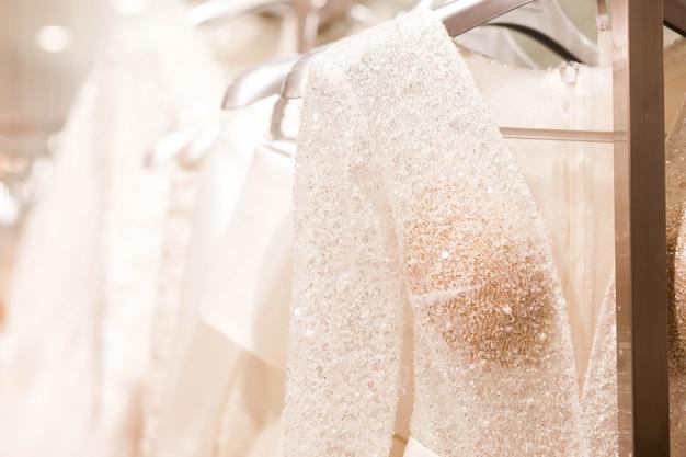 Grande variedade de vestidos no salão de casamento.