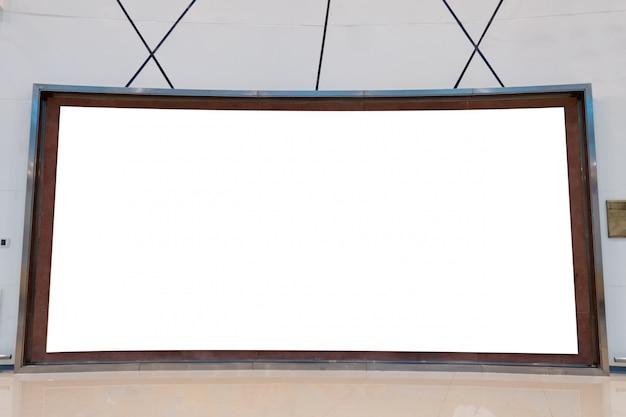 Grande vazio curvo outdoor na parede listrada