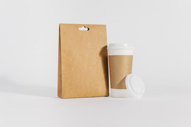 Grande xícara de plástico e saco