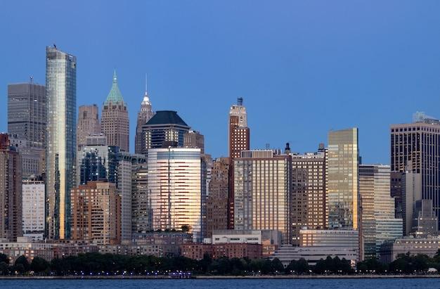 Grandes arranha-céus no centro de nova york ao pôr do sol