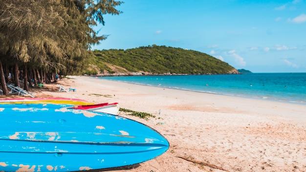 Grandes barcos coloridos na costa do mar de areia