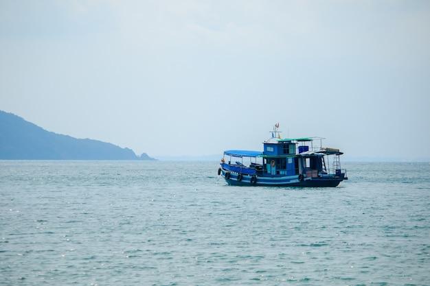 Grandes barcos de pesca no mar