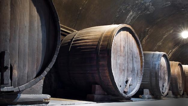 Grandes barris de vinho.