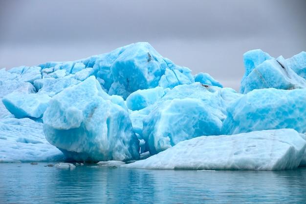 Grandes blocos de gelo azul