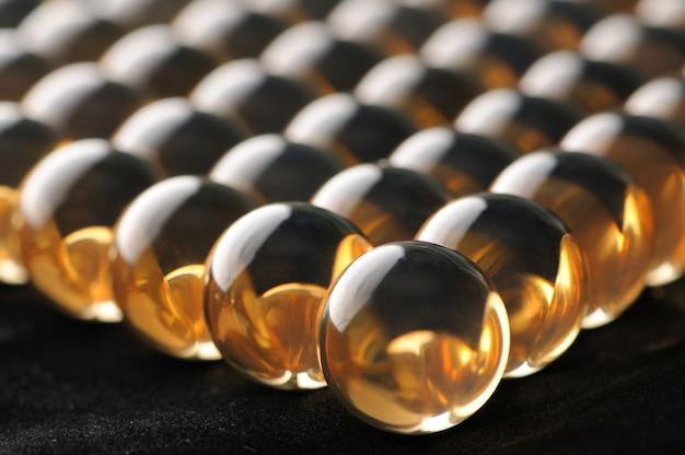 Grandes bolas de vidro transparentes de close-up ficam próximas umas das outras.