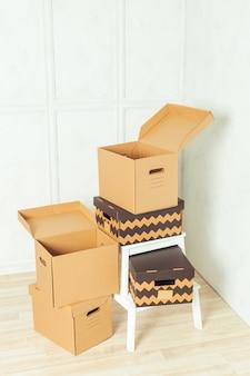 Grandes caixas de papelão em pé dentro de um quarto