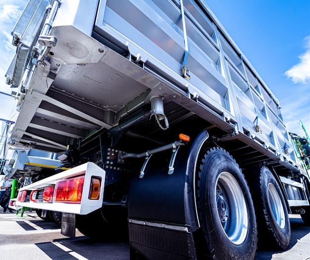 Grandes caminhões de grãos no fundo do céu azul