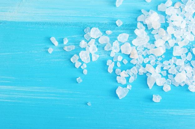 Grandes cristais de sal-gema em um azul de madeira