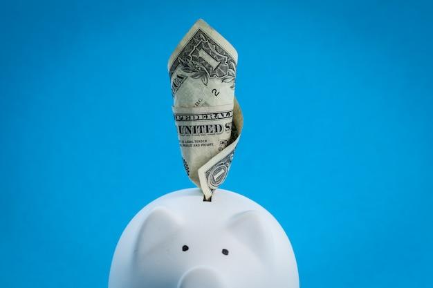 Grandes economias no cofrinho, cheias de dinheiro
