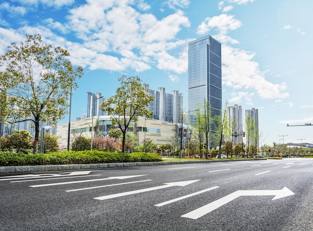 Grandes edifícios e árvores vistas de estrada