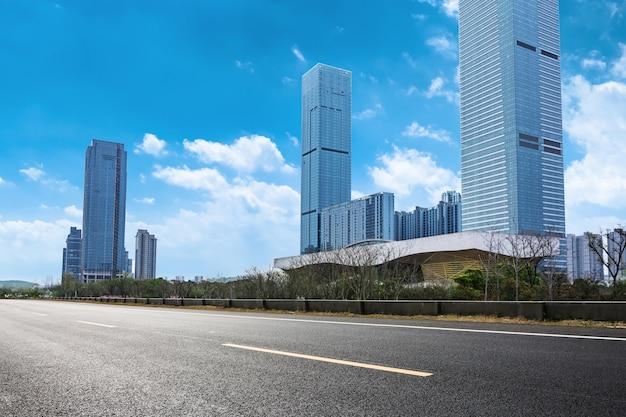 Grandes edifícios visto a partir da estrada