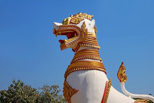 Grandes esculturas de leões no templo chedi buddhakhaya no distrito de sangkhlaburi, tailândia