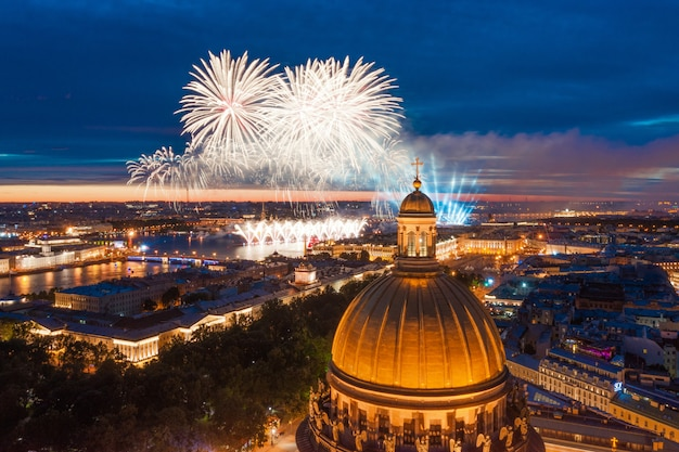 Grandes fogos de artifício sobre as águas do rio neva em são petersburgo, veja a catedral de santo isaac, o almirantado, a ponte do palácio, a fortaleza de pedro e paulo.