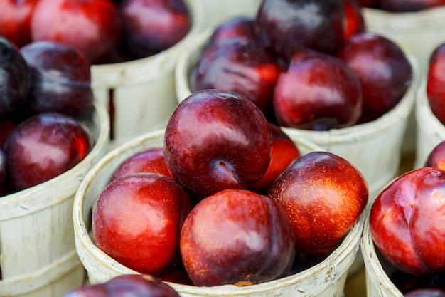 Grandes frutos de ameixa madura vendidos no mercado.