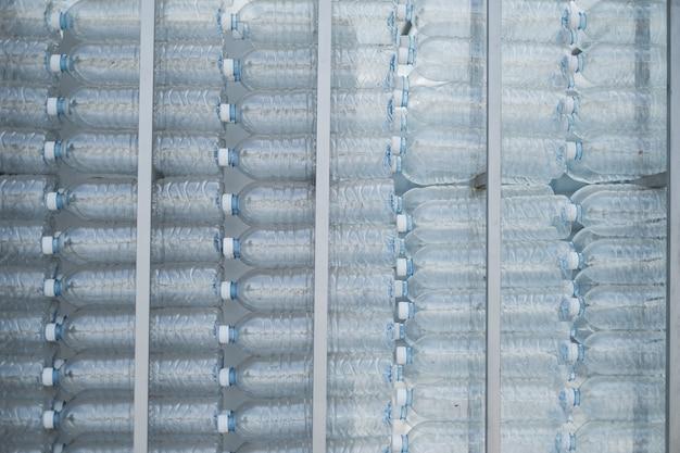 Grandes garrafas plásticas de parede. a causa dos problemas de poluição são excessos ao meio ambiente.