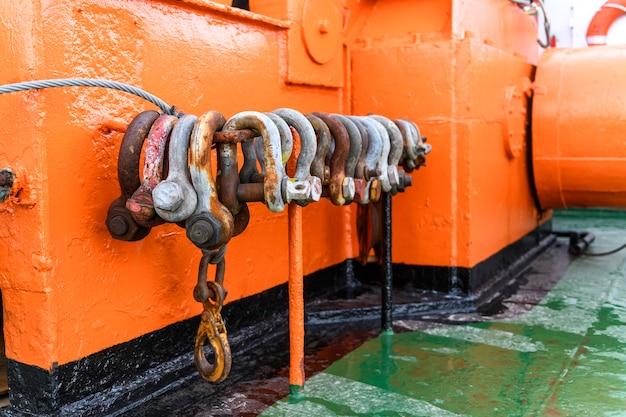 Grandes grilhões de aço em equipamento de reboque de navio de abastecimento offshore