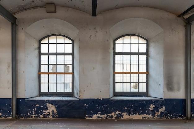 Grandes janelas de uma fábrica