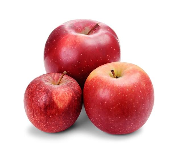 Grandes, médias e pequenas maçãs vermelhas frescas isoladas no fundo branco. maçãs de tamanhos diferentes.