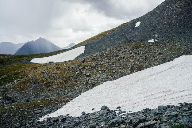 Grandes montanhas com neve.