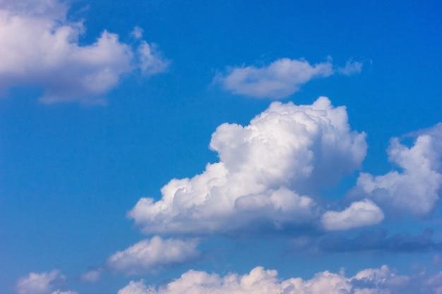 Grandes nuvens brancas no céu azul