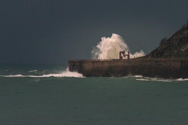 Grandes ondas atingindo a costa no país basco de donostia-san sebastian.
