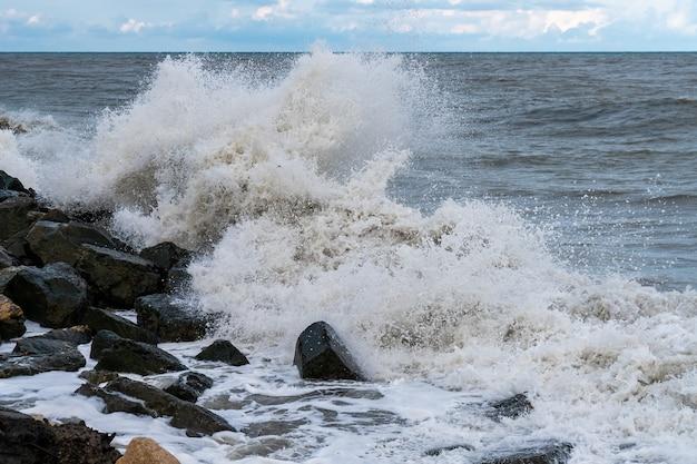 Grandes ondas de tempestade no mar negro, poti, geórgia. panorama