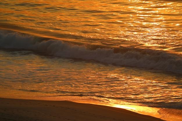 Grandes ondas do oceano atlântico na reflexão da luz solar de manhã, rio de janeiro do brasil