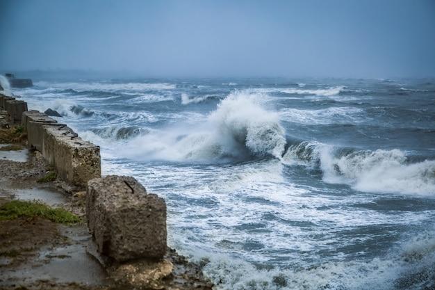 Grandes ondas durante uma violenta tempestade no mar negro