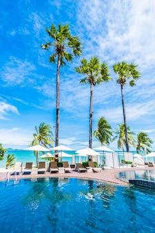 Grandes palmeiras e uma piscina