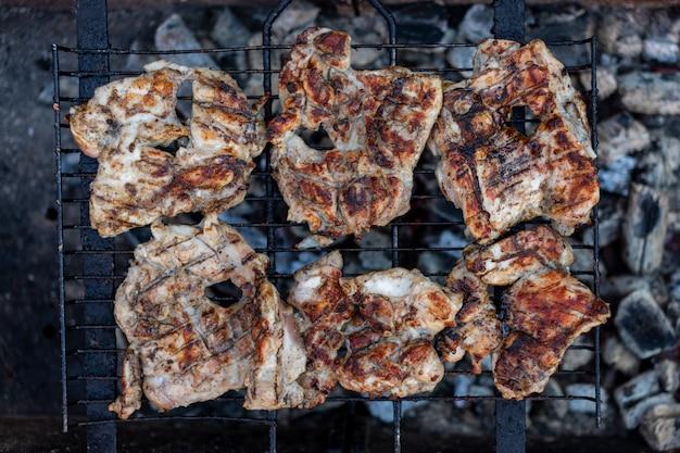 Grandes pedaços inteiros de carne são grelhados