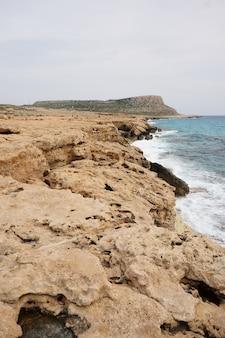Grandes pedras na costa durante o dia em chipre