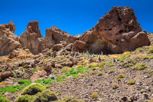 Grandes pedras na trilha de caminhada do parque nacional de teide, tenerife, espanha