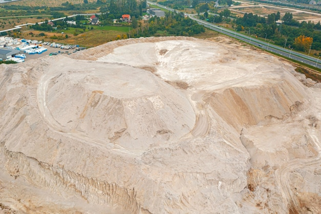 Grandes pilhas de areia em uma pedreira de areia