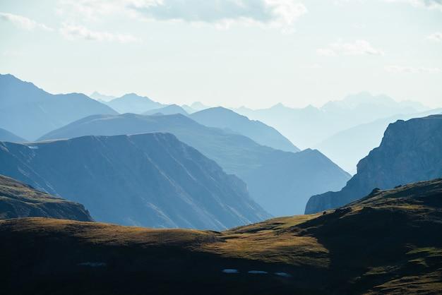 Grandes silhuetas de montanhas rochosas e precipício