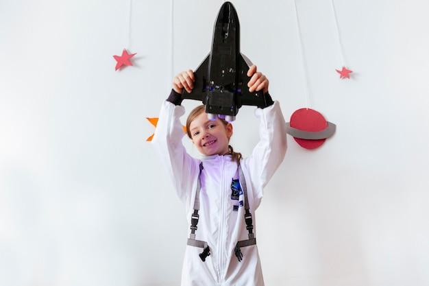 Grandes sonhos de uma menina sobre viajar para o espaço