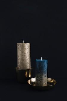 Grandes velas em castiçais