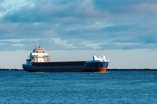 Graneleiro azul navegando em águas paradas