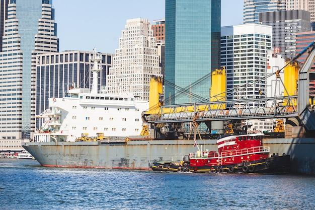 Graneleiro navegando no east river, em nova york.