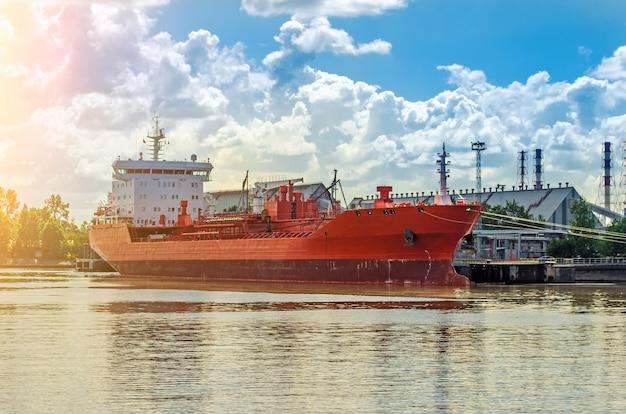 Graneleiro no porto. navio carregando no porto, caminhões.