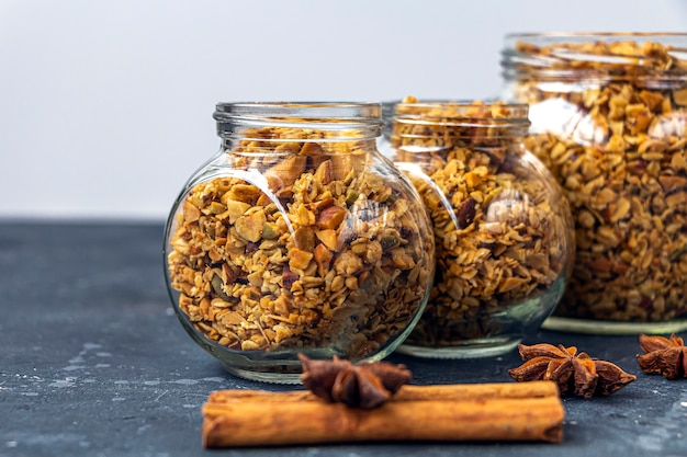 Granola assada, muesli de flocos de aveia, vários frutos secos, comida caseira lanche vegetariano saudável.