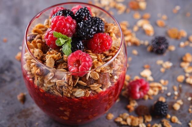 Granola, bagas frescas, purê da baga café da manhã saudável de verão.