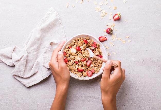 Granola barra de cereais com morangos