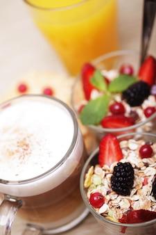 Granola, café, biscoitos e suco de laranja