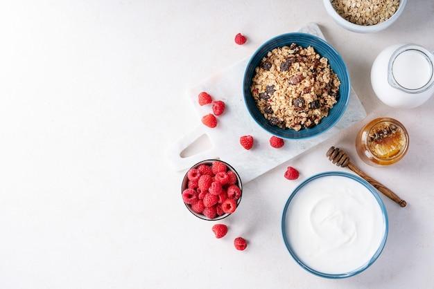 Granola café da manhã na tigela de cerâmica