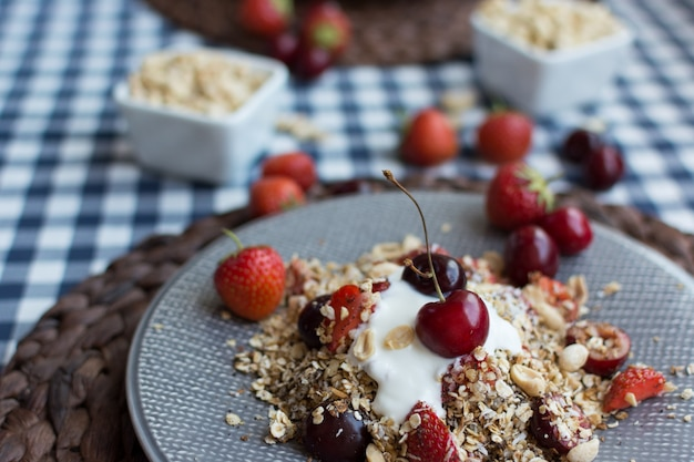Granola caseira com cerejas e iogurte