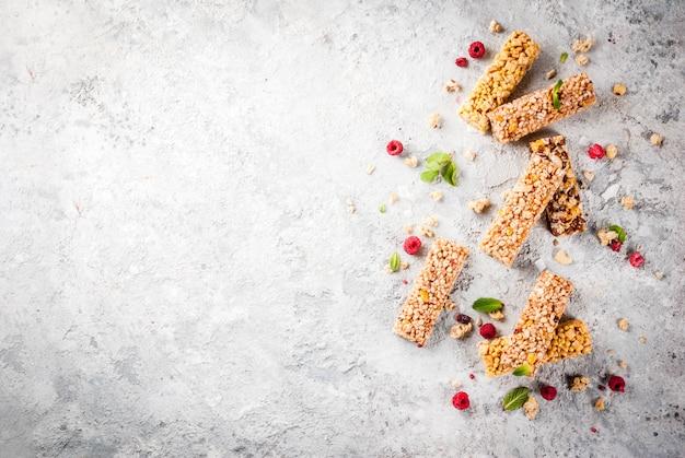 Granola caseira com frutas e hortelã