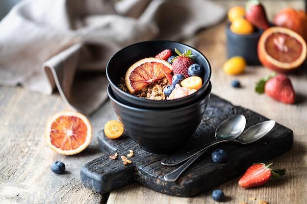 Granola caseira com frutas frescas