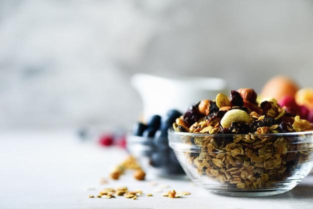 Granola caseira com leite, frutas frescas, leite no café da manhã. conceito de pequeno-almoço saudável